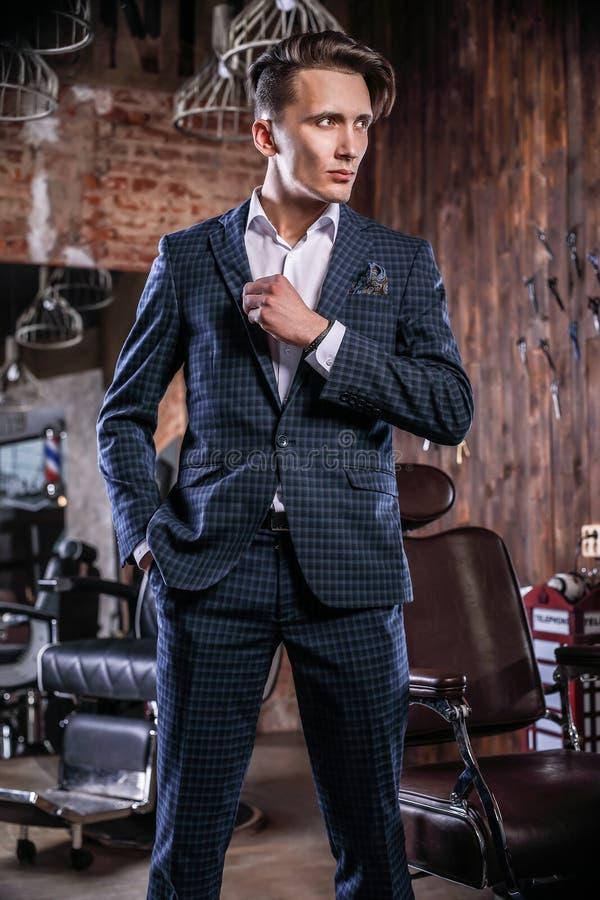 Homem novo elegante no barbeiro foto de stock royalty free