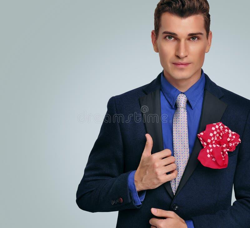 Homem novo elegante no revestimento. Modelo de forma. fotos de stock royalty free
