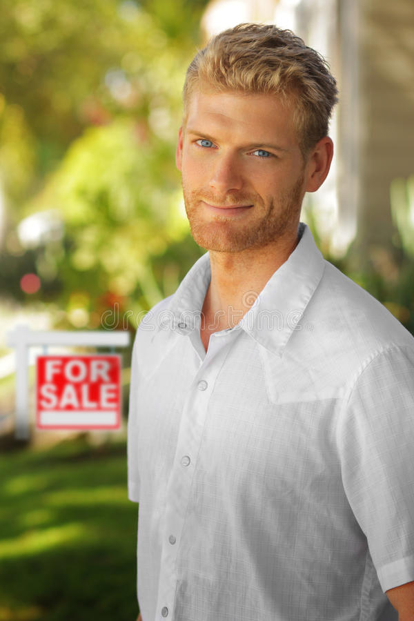 Homem novo em bens imobiliários foto de stock