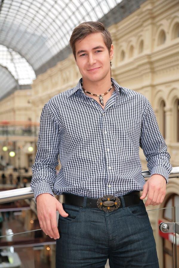 Homem novo em camisa checkered imagem de stock