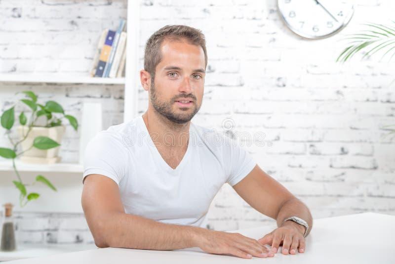 Homem novo em seu escritório fotos de stock royalty free