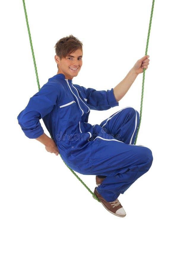 Homem novo em truques acrobáticos fotos de stock royalty free