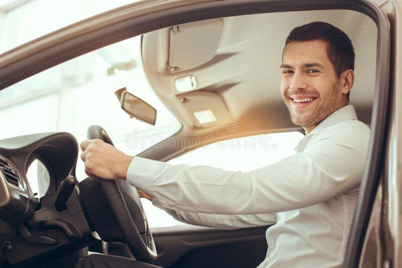Homem novo em um conceito da movimentação do teste de serviço do aluguer de carros imagem de stock royalty free