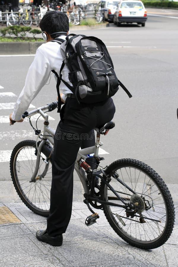 Homem novo em uma bicicleta imagens de stock