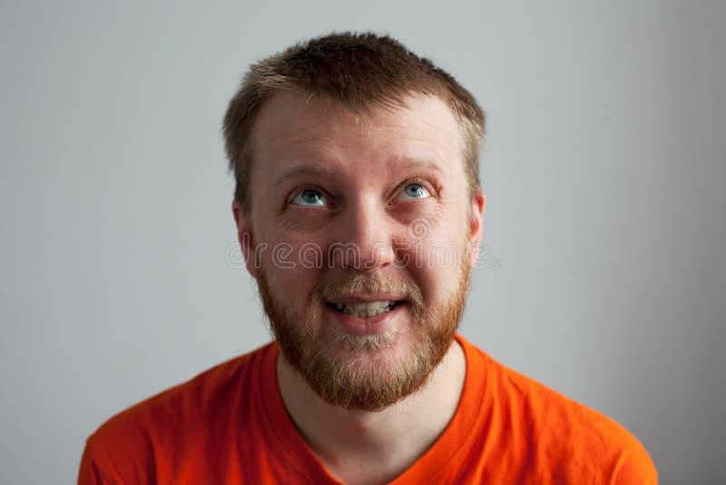 Homem novo em uma camisa alaranjada fotografia de stock