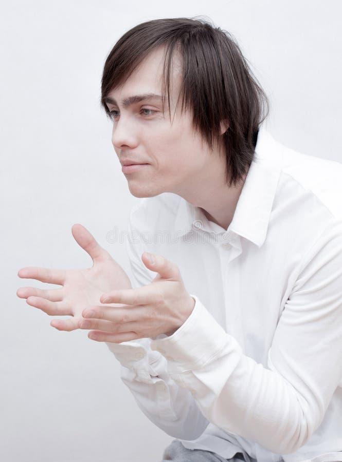 Homem novo em uma camisa branca fotografia de stock