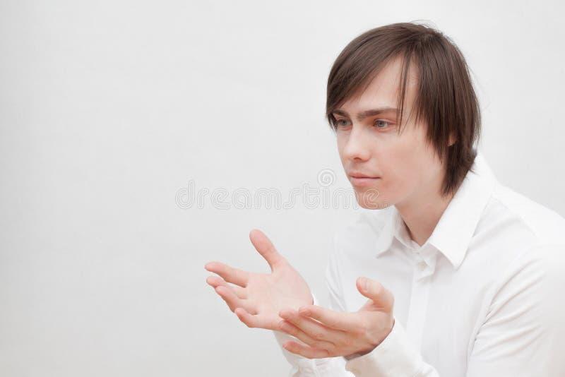 Homem novo em uma camisa branca imagem de stock