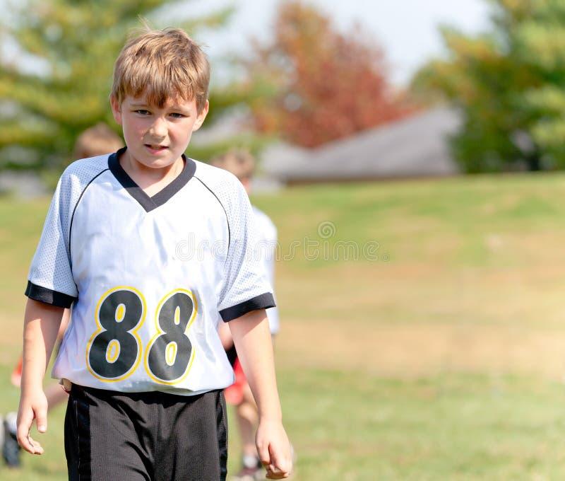 Homem novo em uma equipe de esportes da juventude foto de stock