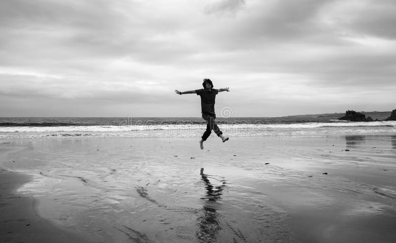 Homem novo em uma praia foto de stock
