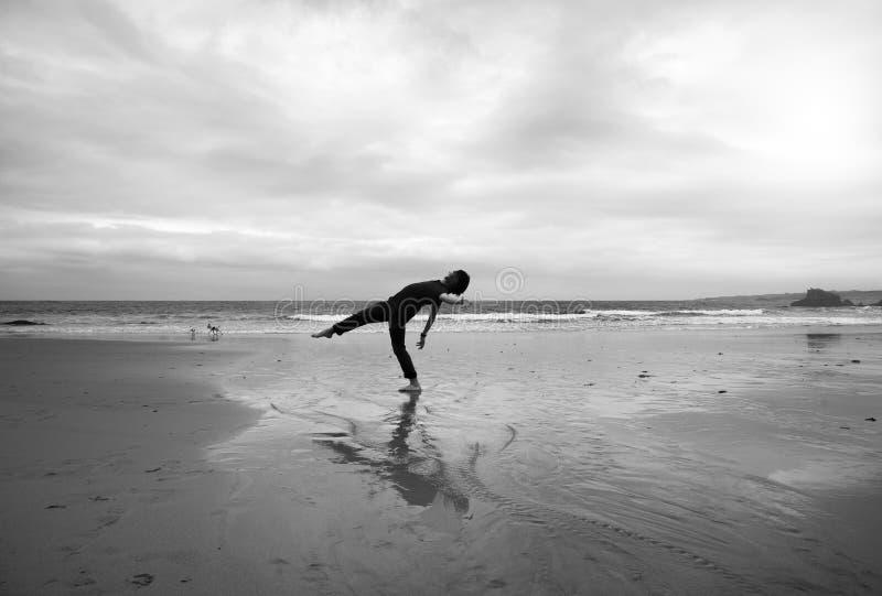 Homem novo em uma praia imagem de stock