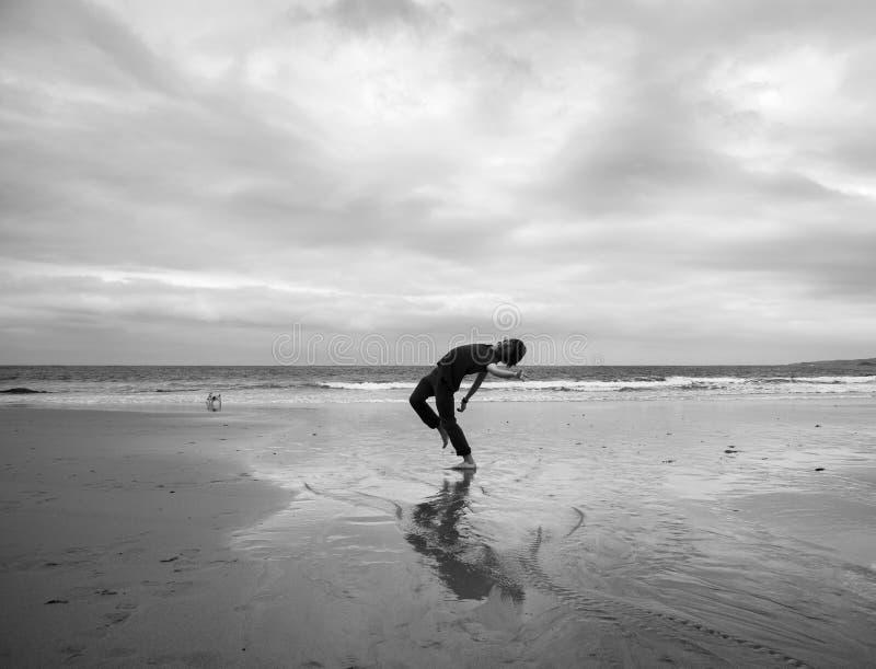 Homem novo em uma praia fotos de stock