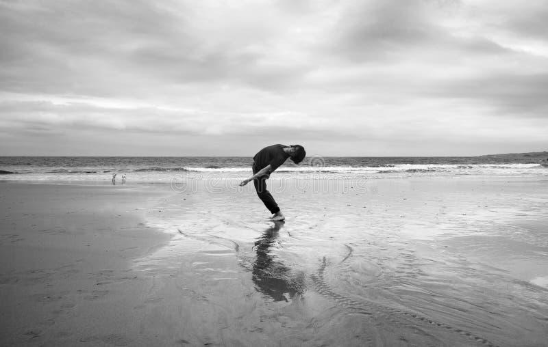 Homem novo em uma praia foto de stock royalty free