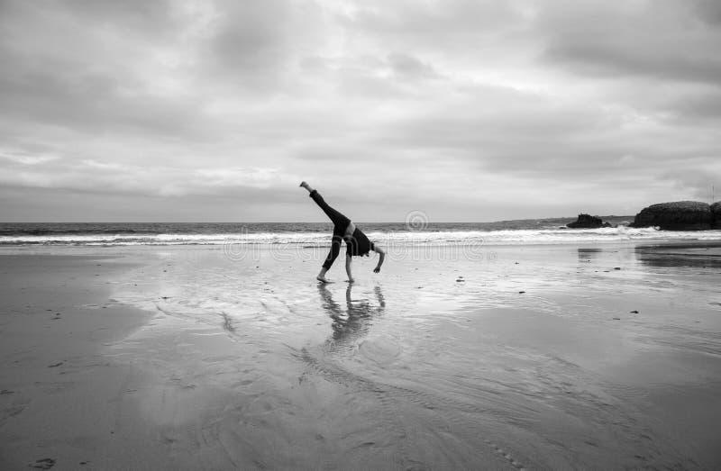 Homem novo em uma praia imagem de stock royalty free