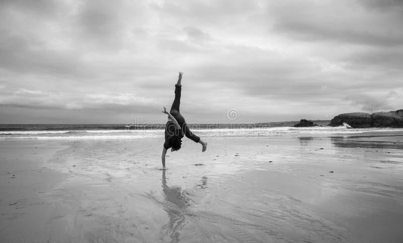 Homem novo em uma praia imagens de stock royalty free