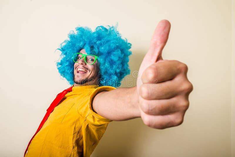 Homem novo engraçado louco com peruca azul foto de stock royalty free