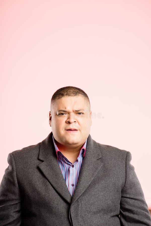 Definição alta dos povos reais engraçados do fundo do rosa do retrato do homem fotos de stock