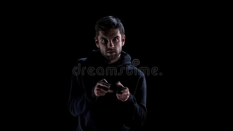 Homem novo excitado que joga jogos de vídeo com console, problema do apego, lazer foto de stock royalty free