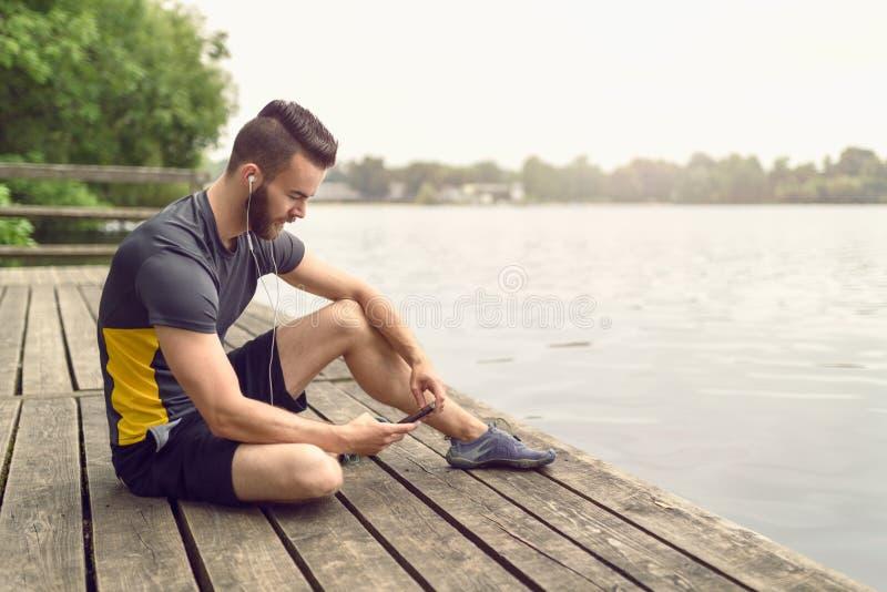 Homem novo farpado atrativo que relaxa em uma plataforma fotos de stock