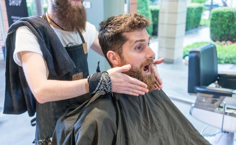Homem novo farpado do ruivo que faz uma cara engraçada antes de uma mudança do olhar foto de stock royalty free