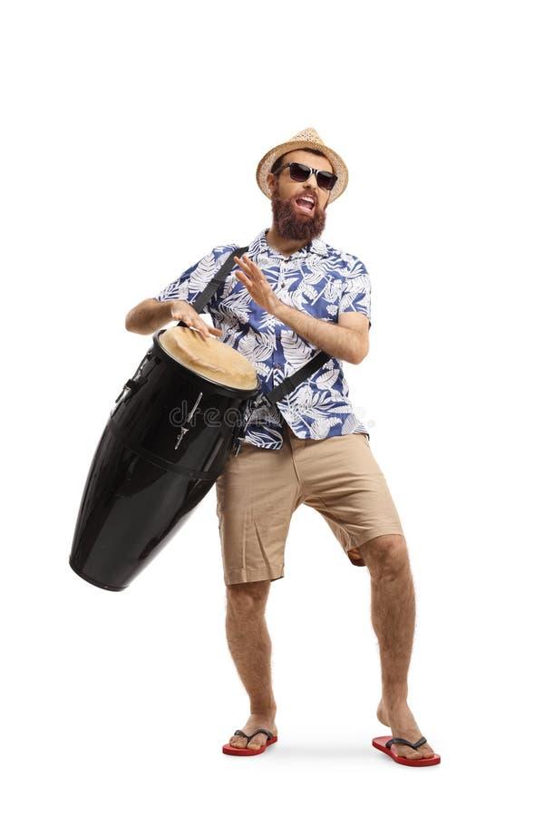 Homem novo farpado que joga cilindros do conga fotografia de stock royalty free