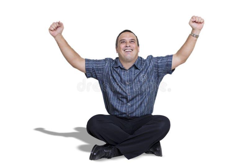 Homem novo feliz com braços acima na celebração imagens de stock