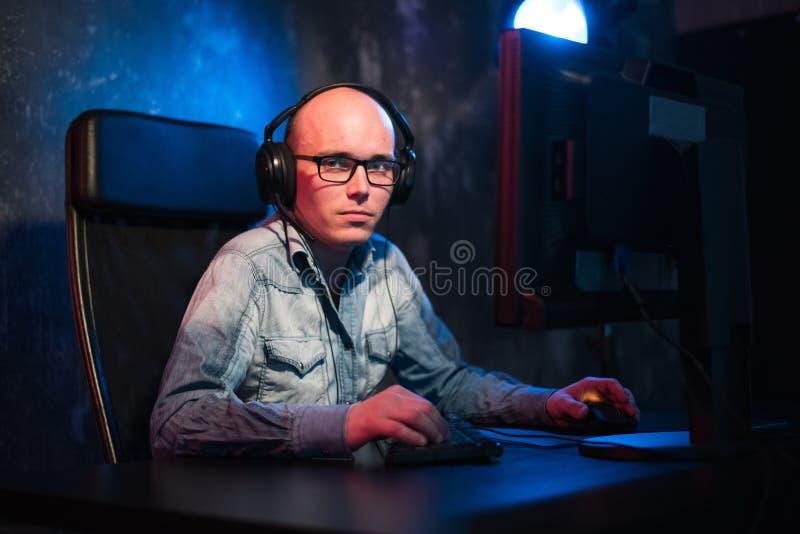 Homem novo feliz com funcionamento dos auriculares em casa fotografia de stock royalty free