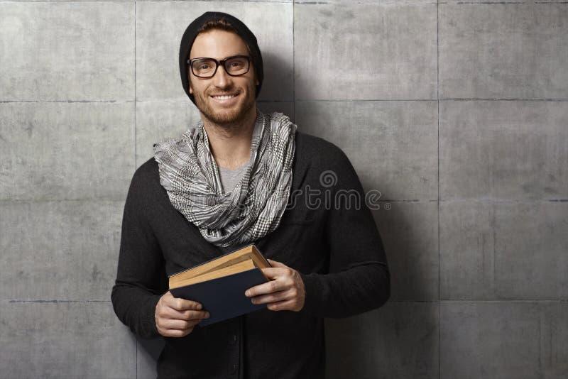 Homem novo feliz com livro foto de stock