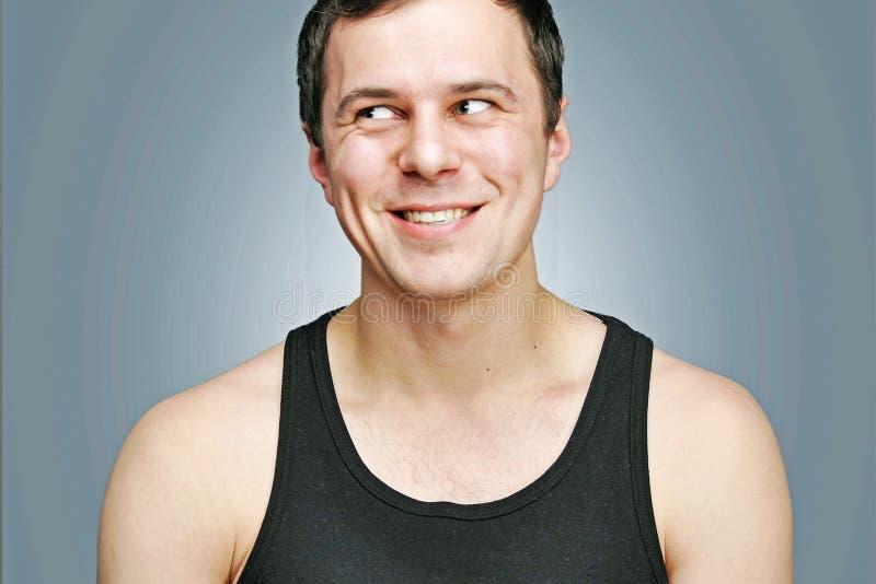 Homem novo feliz em um t-shirt preto imagens de stock royalty free