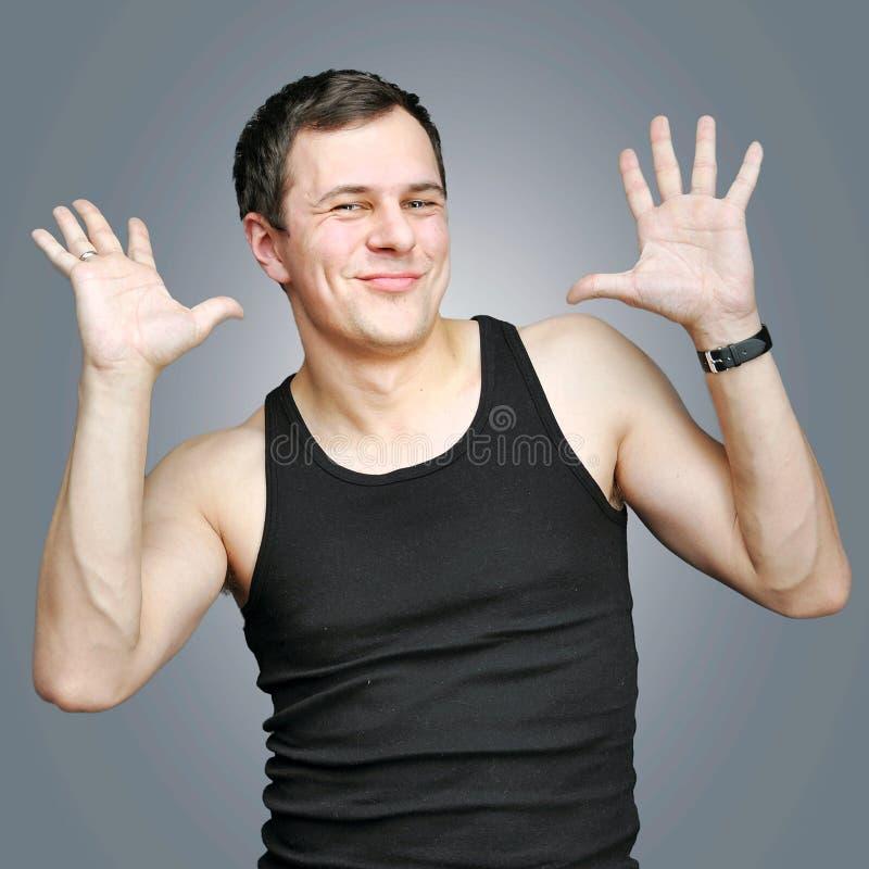 Homem novo feliz em um t-shirt preto fotos de stock