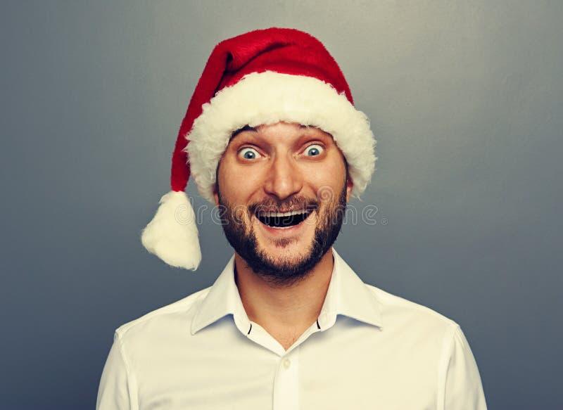Homem novo feliz no chapéu do Natal foto de stock