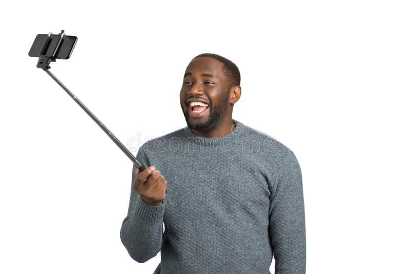 Homem novo feliz que toma o selfie fotos de stock