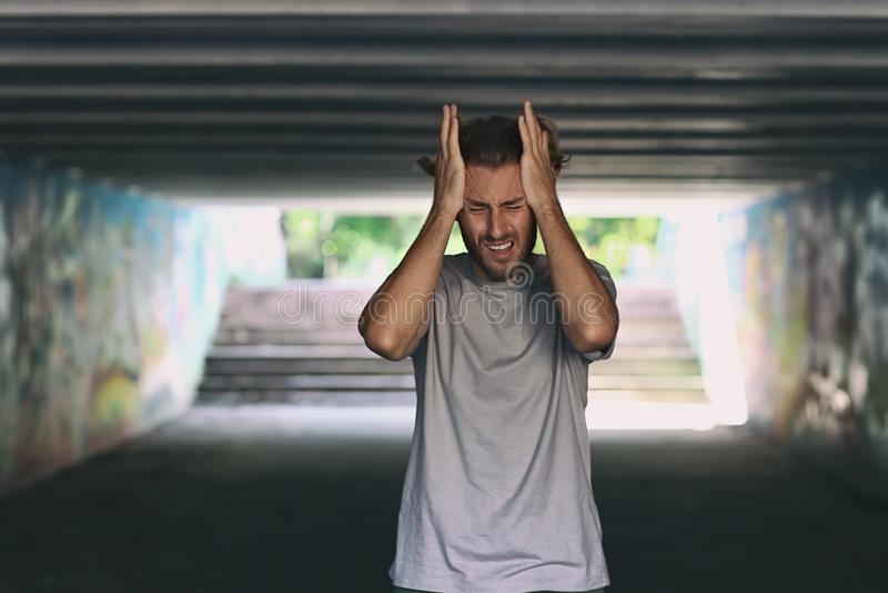 Homem novo forçado na faixa de travessia subterrânea fotos de stock