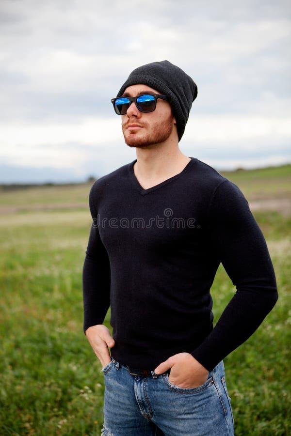 Homem novo fresco considerável com óculos de sol fotos de stock