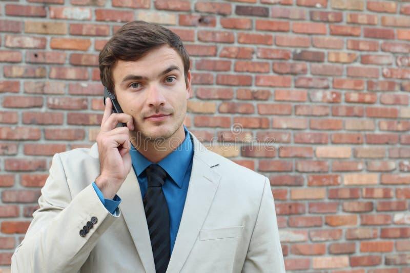 Homem novo irritado no telefone que olha a câmera fotografia de stock