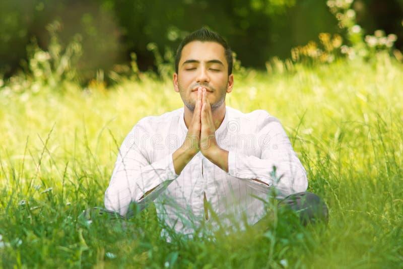 Homem novo medieval que praying fotografia de stock royalty free