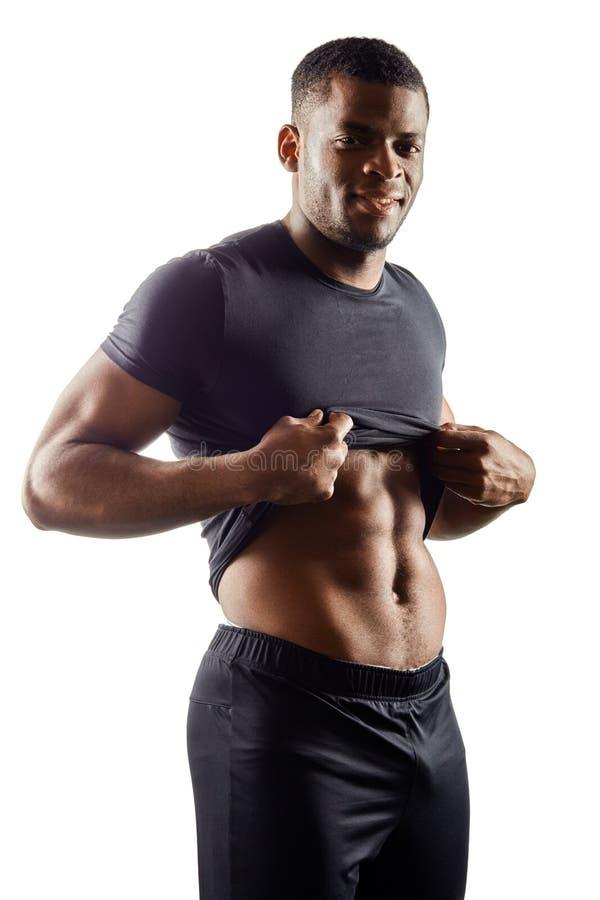 Homem novo muscular que mostra o Abs ideal Feche acima do retrato Tiro vertical fotos de stock royalty free