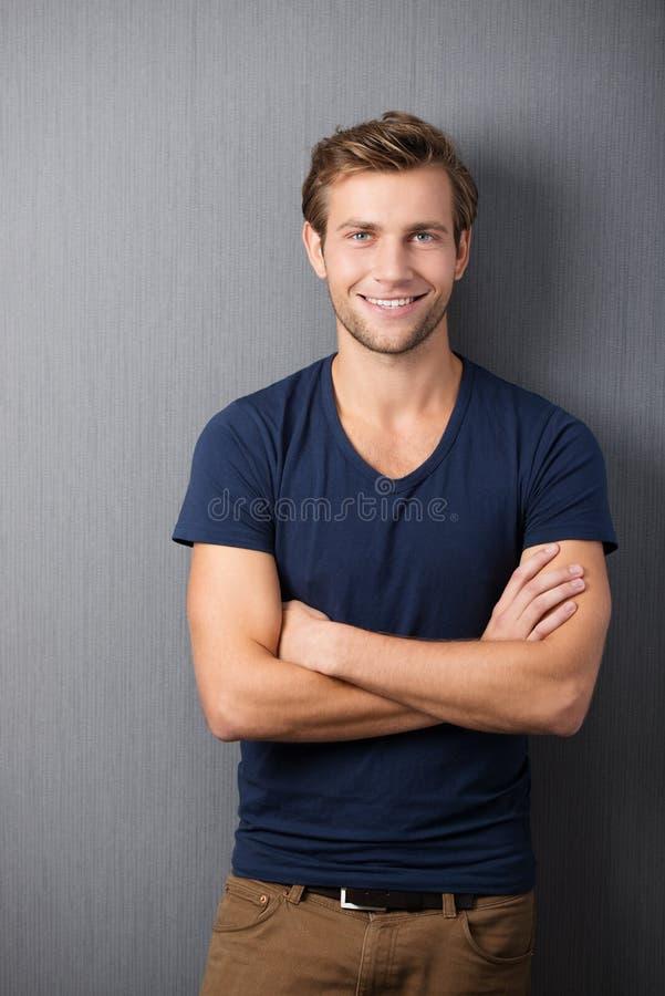 Homem novo não barbeado ocasional seguro fotos de stock royalty free