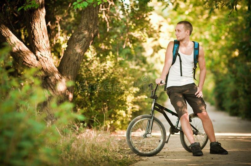 Homem novo na bicicleta fotos de stock royalty free