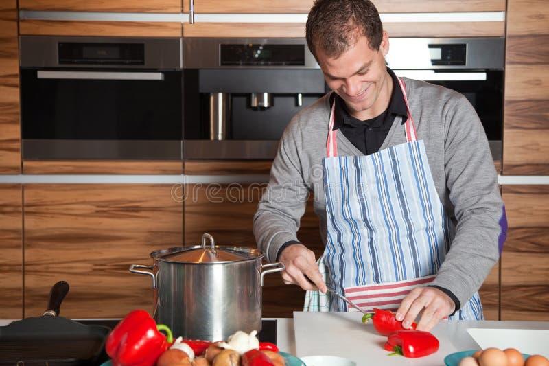 Homem novo na cozinha imagem de stock royalty free