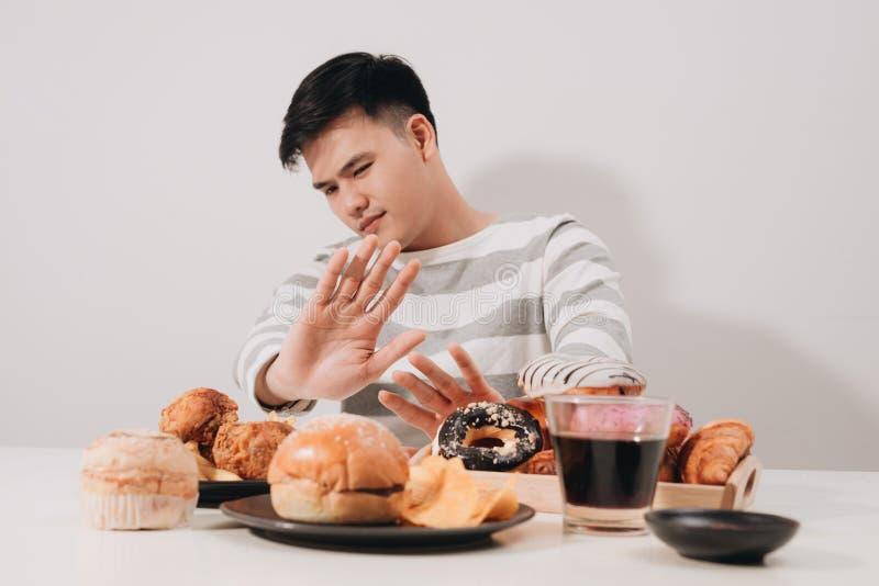 Homem novo na dieta e no conceito saudável comer imagem de stock royalty free