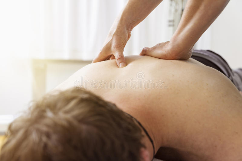 Homem novo na físico terapia fotos de stock royalty free