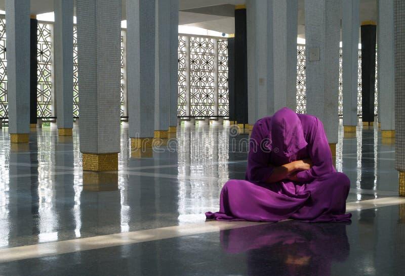 Homem novo na mesquita imagem de stock