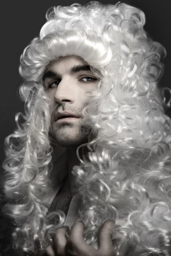 Homem novo na peruca imagens de stock royalty free