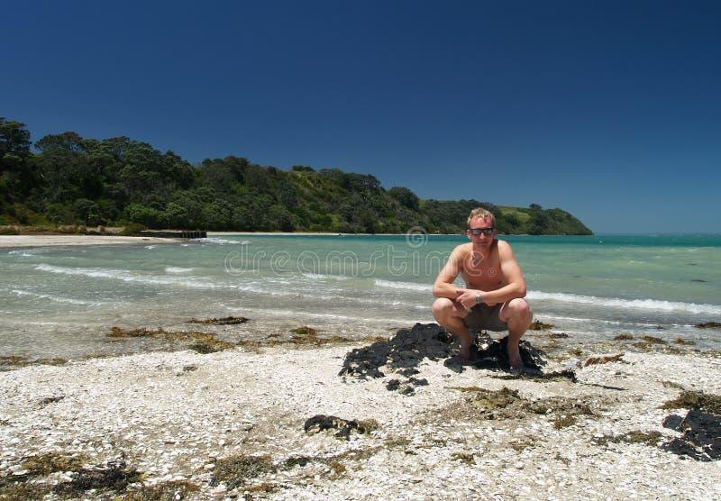 Homem novo na praia fotos de stock royalty free