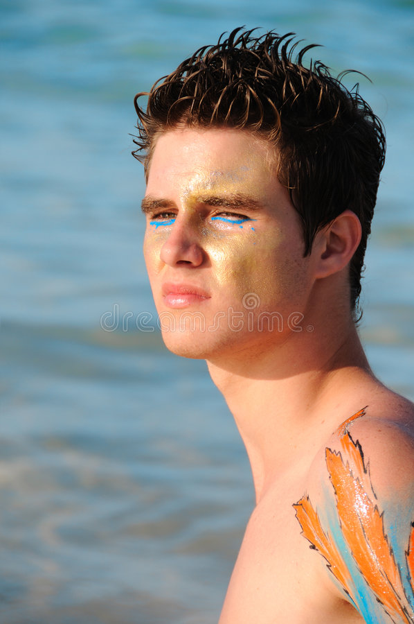 Homem novo na praia foto de stock royalty free
