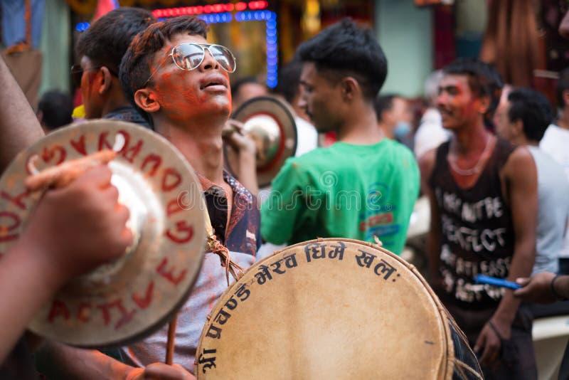 Homem novo nas ruas de Kathmandu, Nepal comemorando em outubro de 2017 o festival de Diwali/Tihar, o festival de luz fotografia de stock royalty free