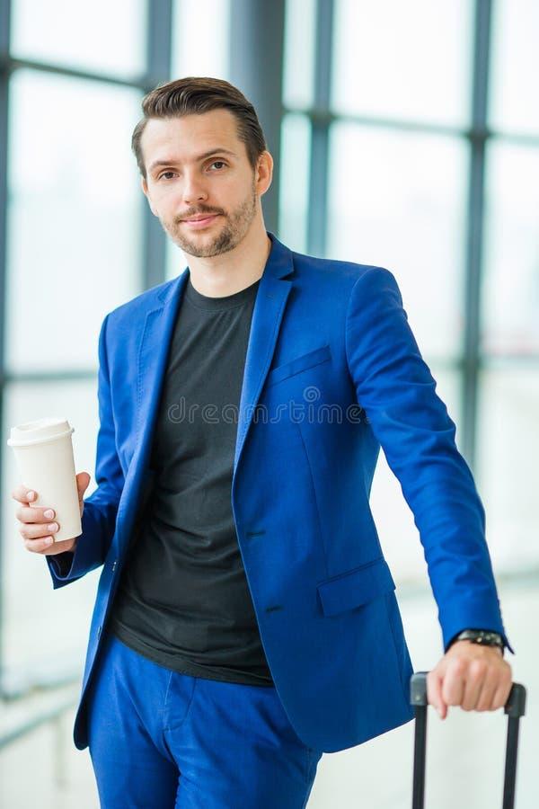 Homem novo no aeroporto Revestimento vestindo do terno do indivíduo ocasional fotos de stock royalty free