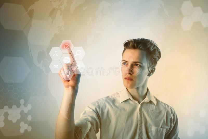 Homem novo no branco que empurra o botão Conceito inovativo da tecnologia fotos de stock royalty free