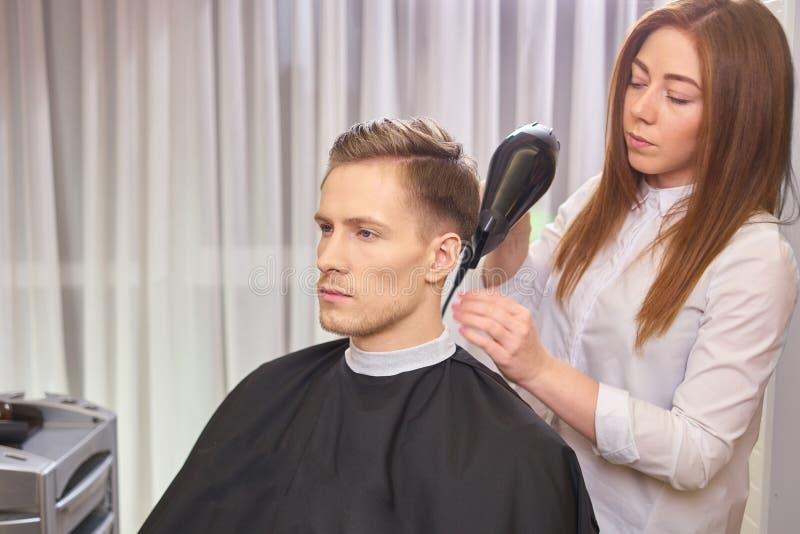 Homem novo no cabeleireiro fotografia de stock