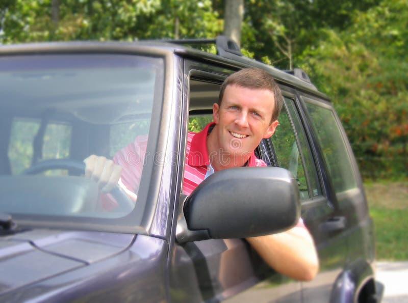 Homem novo no carro fotografia de stock
